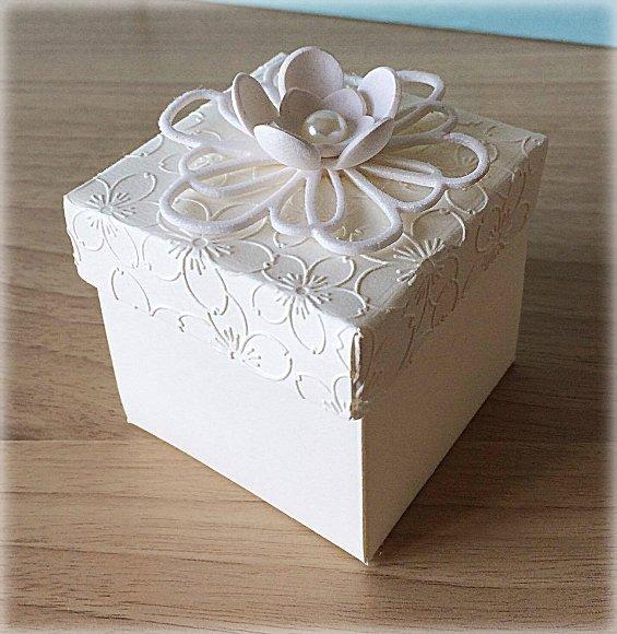 Bomboniera Matrimonio scatolina cubica avorio con fiore grande 4