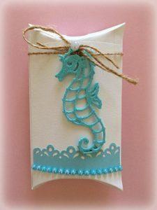 Bomboniera matrimonio scatolina pillow, bianca con cavalluccio marino, rifinita con cordoncino e perline 1