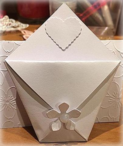 Bustina segnaposto portaconfetti decorata con fiorellino e cuore 02