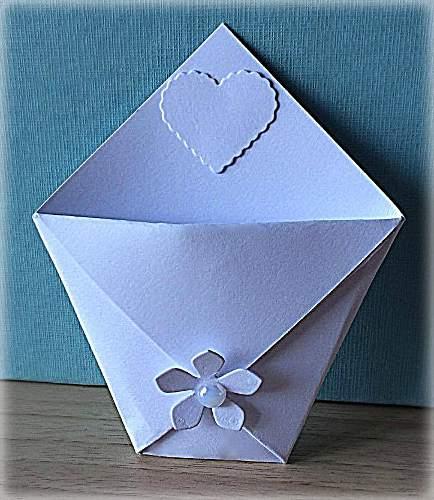 Bustina segnaposto portaconfetti decorata con fiorellino e cuore