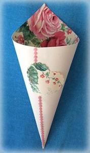 Cono portariso carta a fantasia di rose rosa 3