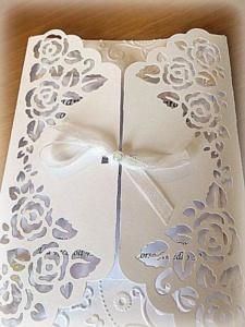Partecipazione di nozze con rose e farfalle 3