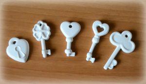 foto di chiavi in ceramica per decorare le bomboniere - bomboniere dautore