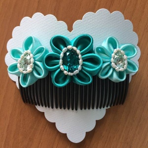 Accessorio per capelli da cerimonia decorato con fiori in raso verde acqua swarovski e perle di fiume - Ceremony hair comb, decorated with green water sat 01