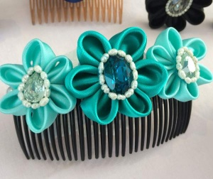 Accessorio per capelli da cerimonia decorato con fiori in raso verde acqua swarovski e perle di fiume - Ceremony hair comb, decorated with green water sat 03