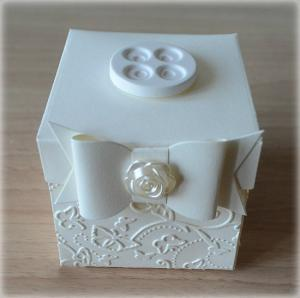 Bomboniera Matrimonio scatolina cubica avorio bottone 4 fori in ceramica 2