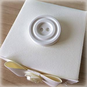Bomboniera Matrimonio scatolina cubica avorio bottone concentrico in ceramica 1