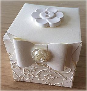 Bomboniera Matrimonio scatolina cubica avorio bottone fiore in ceramica 1