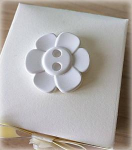 Bomboniera Matrimonio scatolina cubica avorio bottone fiore in ceramica 3