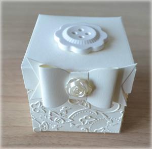 Bomboniera Matrimonio scatolina cubica avorio bottone fiore in ceramica 5