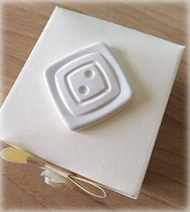 Bomboniera Matrimonio scatolina cubica avorio bottone quadrato in ceramica 1