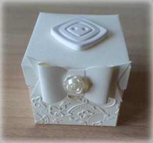 Bomboniera Matrimonio scatolina cubica avorio bottone quadrato in ceramica 2