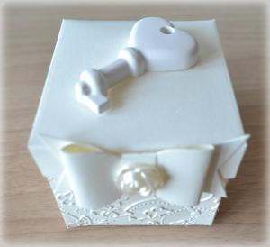 Bomboniera Matrimonio scatolina cubica avorio chiave cuore in ceramica 2