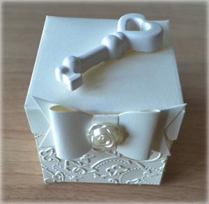 Bomboniera Matrimonio scatolina cubica avorio chiave cuore traforato in ceramica 3