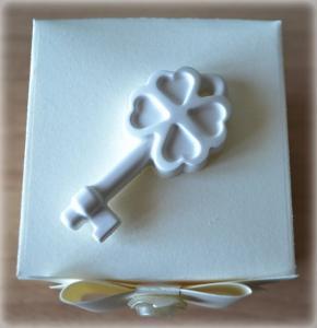 Bomboniera Matrimonio scatolina cubica avorio chiave quadrifoglio in ceramica 1