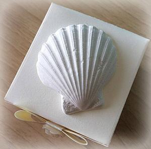 Bomboniera Matrimonio scatolina cubica avorio con conchiglia in ceramica 1
