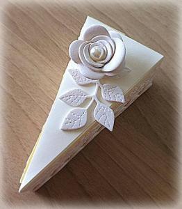 Bomboniera Matrimonio scatolina triangolare avorio rametto con rosa 9