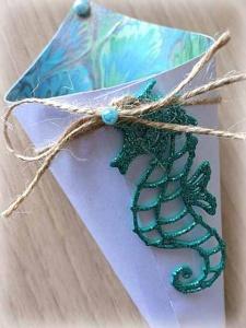 Cono portariso bianco tema marino con cavalluccio marino, cordoncino, perline azzurre, rivestito internamente con carta fantasia onde 3