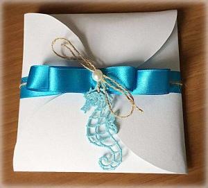 Partecipazione Matrimonio tema marino, con cavalluccio marino, nastro di raso azzurro, cordonicno e perla, all'interno carta con fantasia di onde 2