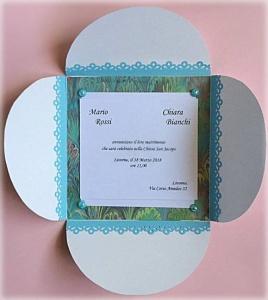 Partecipazione Matrimonio tema marino, con cavalluccio marino, nastro di raso azzurro, cordonicno e perla, all'interno carta con fantasia di onde 3