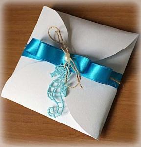 Partecipazione Matrimonio tema marino, con cavalluccio marino, nastro di raso azzurro, cordonicno e perla, all'interno carta con fantasia di onde 4