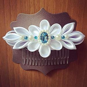 Pettino per capelli da cerimonia con disegno floreale bianco in raso perle e Swarovski acquamarina -Wedding haircomb with white floreal 01