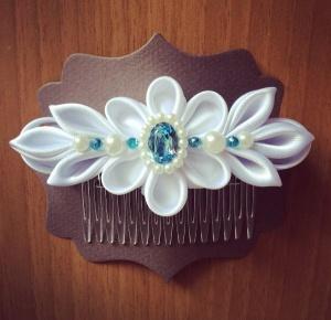 Pettino per capelli da cerimonia con disegno floreale bianco in raso perle e Swarovski acquamarina -Wedding haircomb with white floreal 02