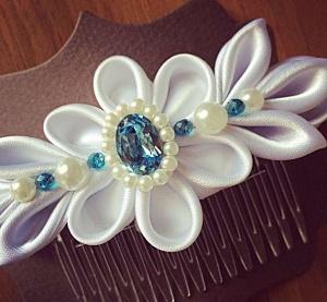Pettino per capelli da cerimonia con disegno floreale bianco in raso perle e Swarovski acquamarina -Wedding haircomb with white floreal 03