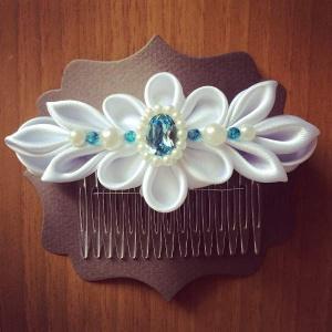 Pettino per capelli da cerimonia con disegno floreale bianco in raso perle e Swarovski acquamarina -Wedding haircomb with white floreal 04