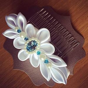 Pettino per capelli da cerimonia con disegno floreale bianco in raso perle e Swarovski acquamarina -Wedding haircomb with white floreal 06