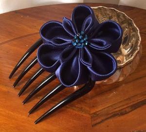 accessorio per capelli da cerimonia in raso blu con perle 03