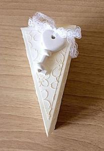 bomboniera fetta di torta da matrimonio decorata con chiave a cuore e fiori davanti