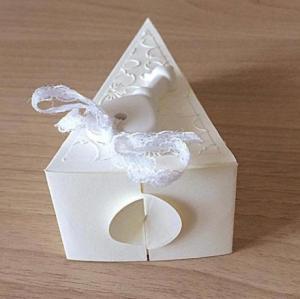 bomboniera fetta di torta da matrimonio decorata con chiave a cuore e fiori retro