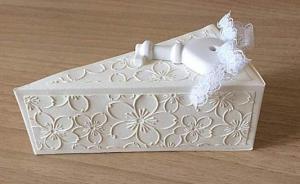 bomboniera fetta di torta da matrimonio decorata con chiave a cuore e fiori