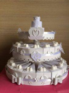 torta di bomboniere da matrimonio bianca decorata con cuori farfalle e fiocchi